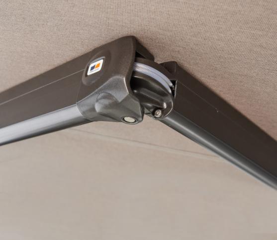 8_Store Coffre Franciaflex modèle Felicia - Coloris armature MANGAN satiné - Détail coude du bras à double câbles gainés.jpg