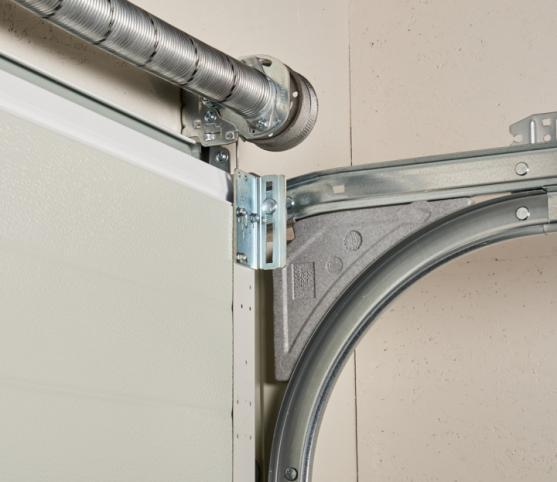 16_Détail ressort à équilibrage par torsion et rails de refoulement porte de garage sectionnelle ISO 45 Novoferm.jpg