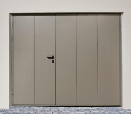 4_Porte de garage basculante NOVISO - Panneau sans nervure - Finition Lisse - Coloris gris pyrite - Option portillon.jpg