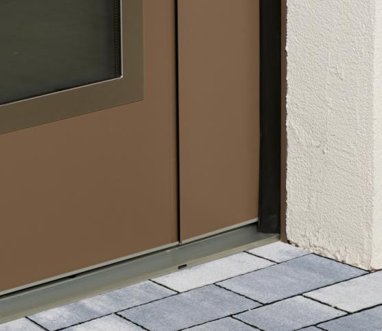 9_Détail calfeutrement périphérique assuré par un joint brosse monté sous la porte et joints à lèvres glissants mono-matière traités sur les trois côtés.jpg